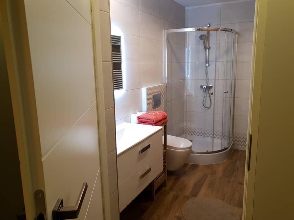 białobrązowa łazienka